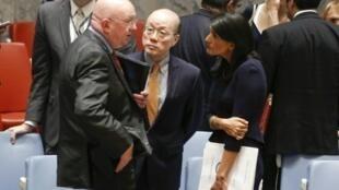 السفير الروسي إلى الأمم المتحدة سيرغي نبينزيا في حديث مع نظيرته الأمريكية نيكي هايلي ونظيره الصيني ليو جيي