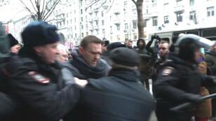 المعارض الروسي نافالني اعتقل عدة مرات من قبل السلطات بتهمة تنظيم مظاهرات غير مسموحة.