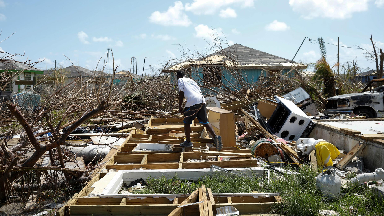 Un hombre camina entre los escombros de su casa después de que el huracán Dorian azotara las Islas Ábaco en Spring City, Bahamas, el 11 de septiembre de 2019.