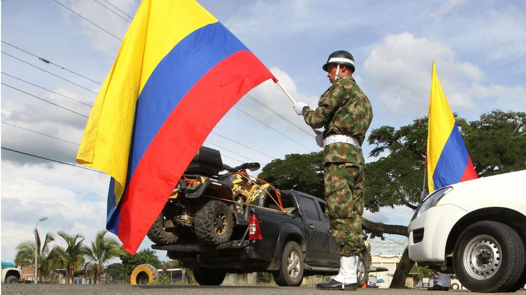 Un soldado del Ejército colombiano durante un operativo de seguridad realizado en la ciudad de Cali previo a la primera vuelta de las elecciones presidenciales el 26 de mayo de 2018.