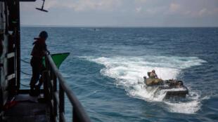 """صورة وزّعتها البحرية الأميركية تظهر تدريبات على متن مركبة """"آي آي في"""" البرمائية في 15 حزيران/يونيو 2018."""