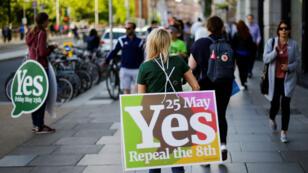 Una mujer porta una pancarta mientras Irlanda realiza un referéndum sobre liberalizar las leyes de aborto, en Dublín. 25 de mayo de 20158.