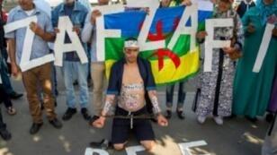 متظاهرون أمام محكمة الاستئناف بالدار البيضاء تضامنا مع الزفزافي 24 تشرين الأول/أكتوبر 2017.