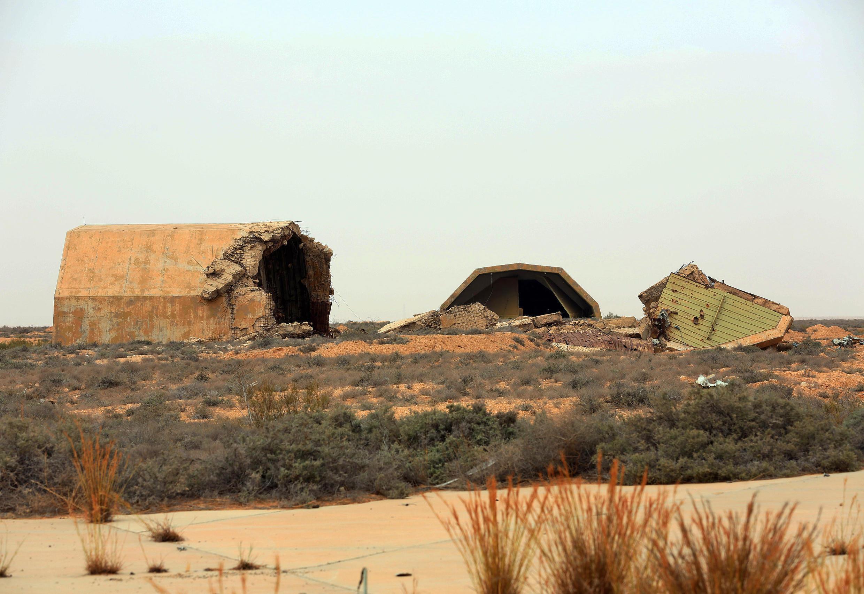Un hangar de la base aérienne d'Al-Watiya détruit par les forces loyales au gouvernement d'accord national (GNA) de la Libye, le 18 mai 2020.