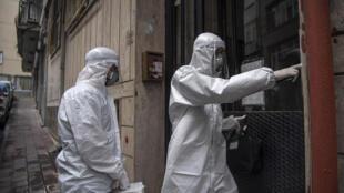Des soignants vont tester des personnes soupçonnées d'avoir été en contact avec des malades du Covid-19 à Istanbul, le 7 mai 2020