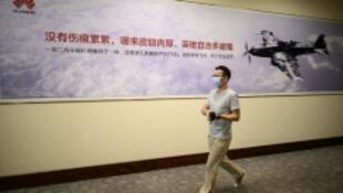 موظف في هواوي يضع قناعا واقيا في مقر الشركة في شينزين بتاريخ 18 أيار/مايو 2020