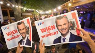 """Des personnes brandissent des pancartes proclamant """"Vienne pour Norbert[Hofer]"""", tête de listeFPÖ aux législatives, lors d'un rassemblement du parti, le 19septembre2019 à Vienne."""