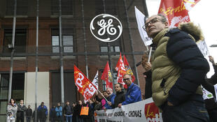 Des salariés de General Electric devant les bureaux de l'entreprise à Belfort, le 21 mai.