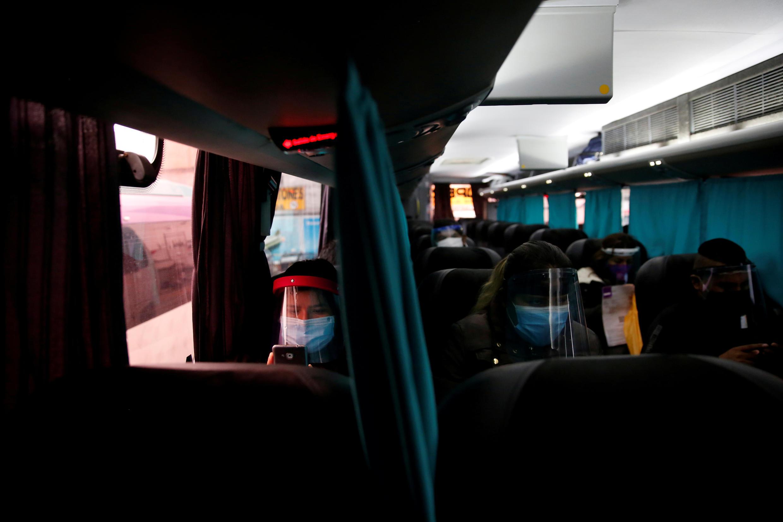 Varias personas viajan en transporte público con tapabocas y protecciones contra el coronavirus. En Lima, Perú, el 15 de julio de 2020.