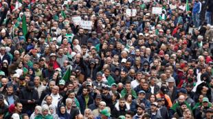 المحتجون الجزائريون مجددا في الشارع للتعبير عن رفضهم الانتخابات الرئاسية