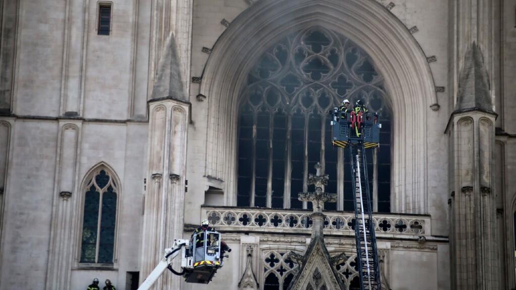 En la imagen se puede observar con claridad los daños exteriores que provocó el incendio en la catedral de Nantes y a los bomberos interviniendo. 18 de julio de 2020.