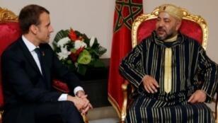 العاهل المغربي الملك محمد السادس والرئيس الفرنسي إيمانويل ماكرون على هامش القمة الأفريقية الأوروبية في أبيدجان، الأربعاء 29 تشرين الثاني/نوفمبر 2017