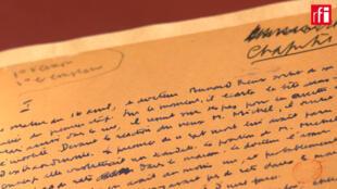 El libro es expuesto en una muestra titulada 'Albert Camus, un extranjero en Buenos Aires'.
