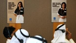 صحافيون يتابعون مؤتمرا صحافيا في الكويت حول سوء معاملة العمال المنزليين
