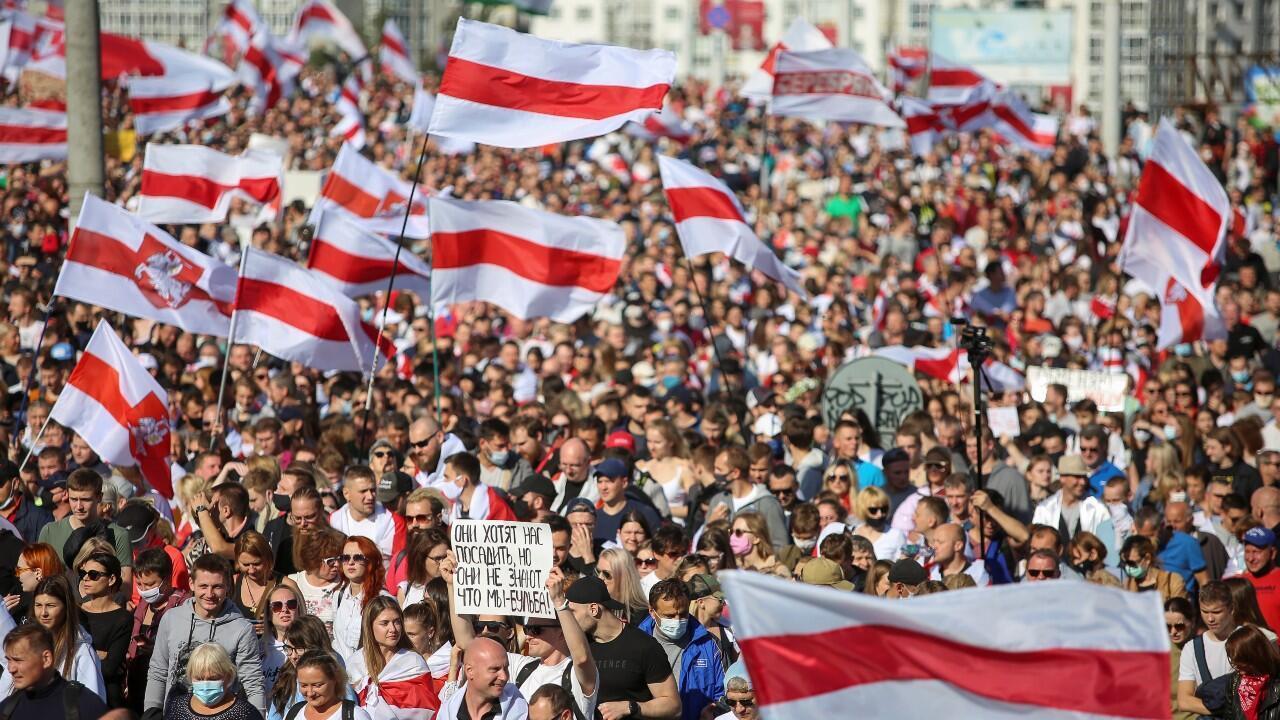 Alrededor de 100.000 personas se manifiestan para exigir la dimisión del presidente Alexander Lukashenko, en Minsk, Belarús, el 13 de septiembre de 2020.