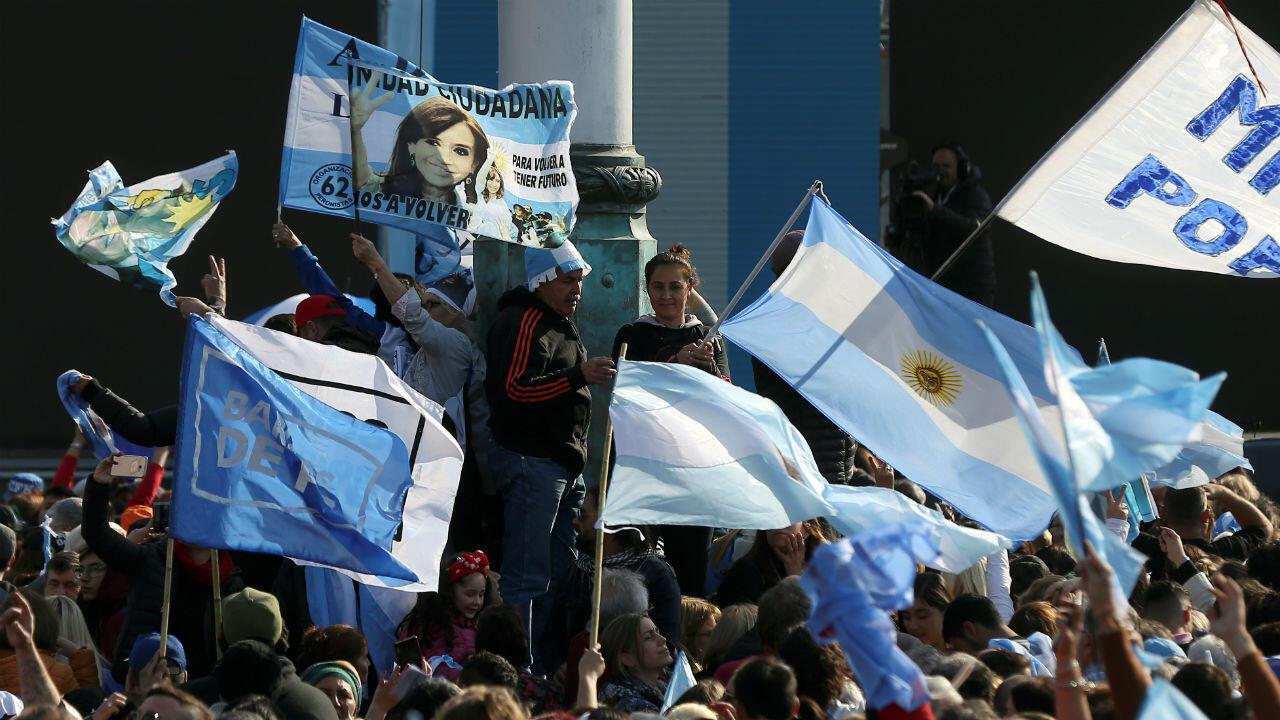 Un grupo de ciudadanos durante un evento de campaña del candidato presidencial Alberto Fernández antes de las elecciones primarias en Rosario, Argentina, el 7 de agosto de 2019.