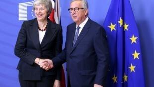 رئيسة الوزراء البريطانية تيريزا ماي ورئيس المفوضية الأوروبية جان كلود يونكر خلال لقائهما في بروكسل، 21 نوفمبر 2018