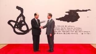 رئيس كوريا الجنوبية مون جاي إن على اليمين مصافحا الرئيس الشرفي لكوريا الشمالية كيم يونغ يام 10 فبراير 2018