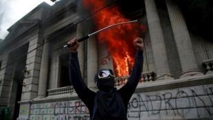 Protestantes queman Congreso en Guatemala