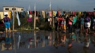 مهاجرون من هندوراس ضمن قافلة متوجهة إلى الولايات المتحدة، يستريحون في ملحأ بجنوب المكسيك في 30 تشرين الأول/أكتوبر 2018