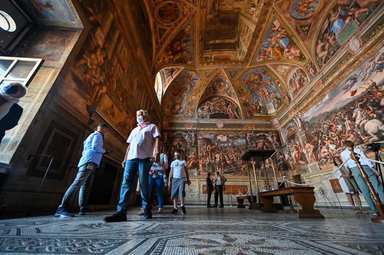 Los visitantes recorren una sala del los Museos del Vaticano durante su reapertura al público, el 1º de junio de 2020.