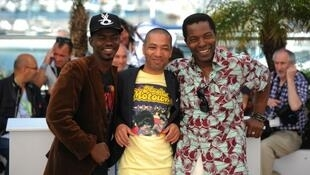 Philippe Lacôte entouré de ses acteurs  Abdoul Karim Konaté et Isaach de Bankolé
