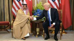 Le roi de Bahreïn, Hamad ben Issa al-Khalifa, et le président américain, Donald Trump, à Riyad, le 21 mai 2017.