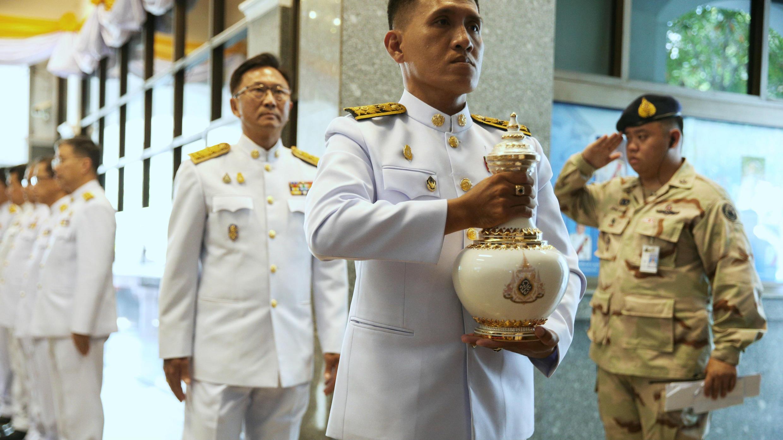 Un oficial del cortejo real sostiene uno de los jarrones tradicionales en donde es almacenada y custodiada el agua sagrada que debe ser llevada al Gran Palacio para la coronación del nuevo monarca tailandés.  Bangkok, Tailandia. 20 de abril de 2019.