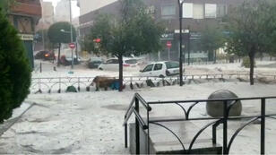 Automóviles afectados se ven durante las fuertes lluvias en Arganda del Rey, Madrid, España, el 26 de agosto de 2019.