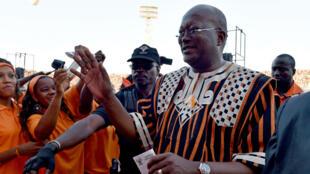 Roch Marc Kaboré salue des partisans lors d'un meeting de campagne à Ouagadougou le 27 novembre 2015.