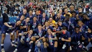 Les joueurs du PSG posent avec la Coupe de France remportée face à Saint-Etienne, le 24 juillet 2020 au Stade de France