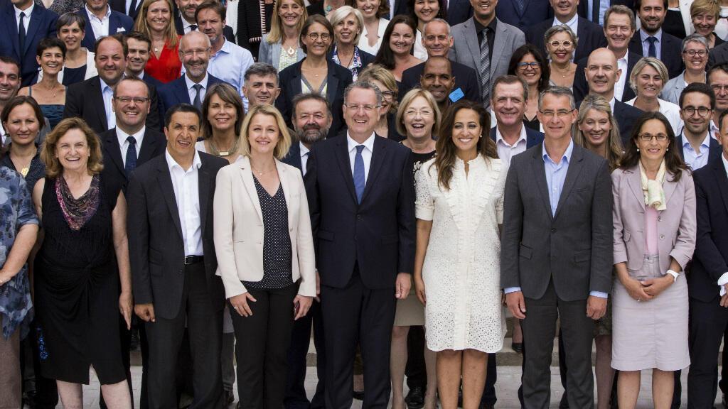 Le patron du groupe La République en marche à l'Assemblée nationale, Richard Ferrand, pose au milieu des députés LREM, le 24 juin 2017, à Paris.