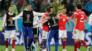 Jugadores de la Selección de Rusia celebran su victoria sobre Egipto.