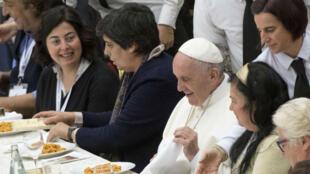 Durante la conmemoración de la primera Jornada Mundial de los Pobres, el papa Francisco rechazó la indiferencia contra los menos favorecidos.