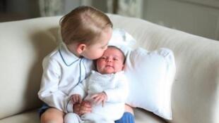 صورة نشرها قصر كنسينغتون للأمير جورج الثالث يقبل شقيقته شارلوت في أيار/مايو 2015
