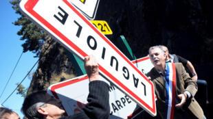 Le maire de Laguiole, Vincent Alazard, retirant un panneau portant le nom du bourg, le 19 septembre 2012, en signe de protestation.