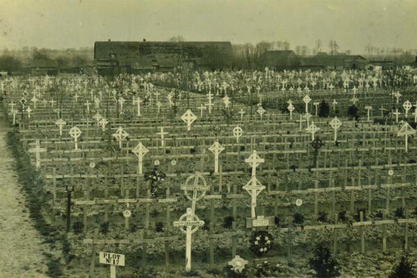 La légion des morts de Passchendaele dans le cimetière militaire de de Lijssenthoek, qui compte 10784 tombes