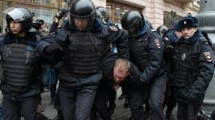 الشرطة الروسية تعتقل متظاهرين في موسكو في 2 نيسان/أبريل 2017
