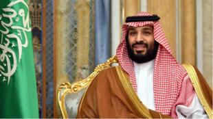 El príncipe heredero saudita Mohamed bin Salman asiste a una reunión con el Secretario de Estado estadounidense, Mike Pompeo, en Jeddah, el 18 de septiembre de 2018.
