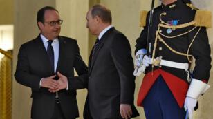 François Hollande escorte Vladimir Poutine sur le seuil du palais de l'Élysée à Paris, le 2 octobre 2015, à l 'issue d'un sommet sur la crise en Ukraine.