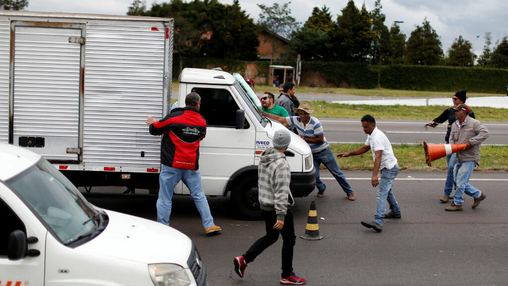 Conductores bloquean un camión en la carretera 476 en Araucaria, Brasil