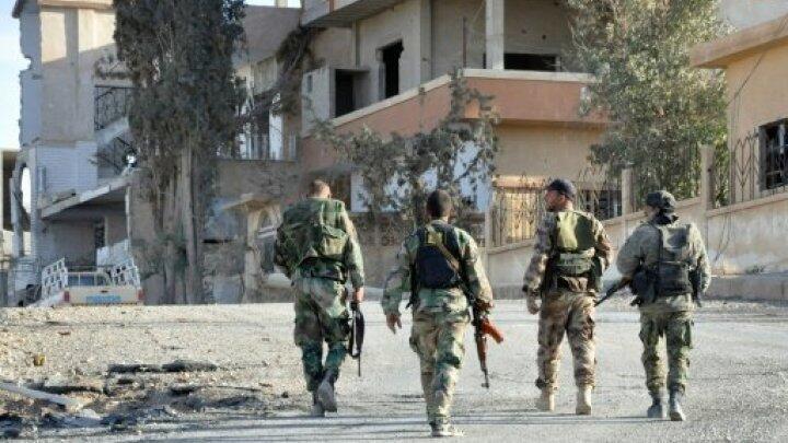 """جنود سوريون في مدينة القريتين في محافظة حمص بعد استعادتها من تنظيم """"الدولة الإسلامية"""" في 3 نيسان/أبريل 2016"""