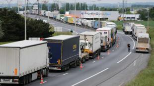Des chauffeurs routiers ont bloqué le périphérique de Caen dans le Calvados, pour protester contre la loi travail, le 17 mai 2016.