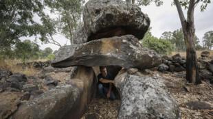 Uri Berger, archéologue de l'Autorité israélienne des antiquités, étudie un dolmen dans le Golan syrien, occupé par Israël, le 13 juillet 2020