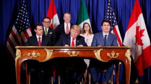 El presidente de Estados Unidos, Donald Trump, el primer ministro de Canadá, Justin Trudeau, y el presidente de México, Enrique Peña Nieto, asisten a la ceremonia de firma del USMCA antes de la cumbre de líderes del G20 en Buenos Aires, Argentina, 30 de noviembre de 2018.