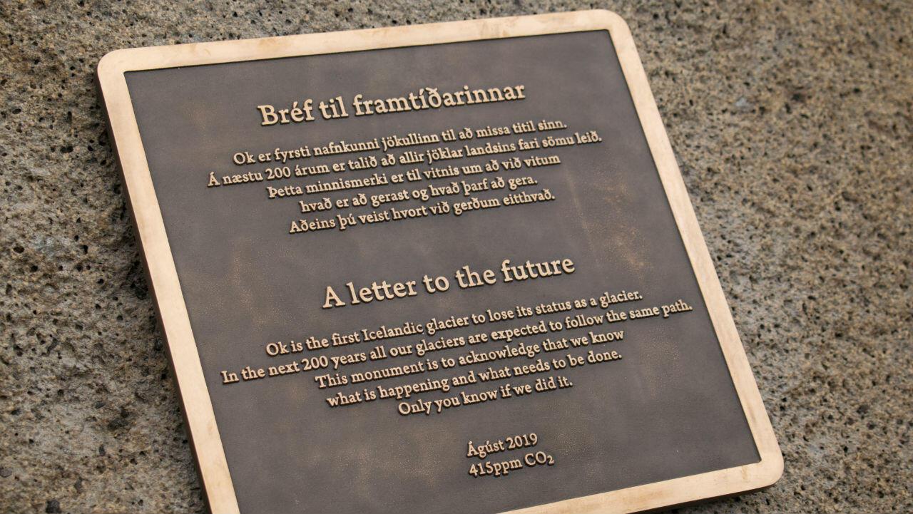 e inaugura un monumento en el sitio de Okjokull, el primer glaciar de Islandia perdido por el cambio climático en el oeste de Islandia el 18 de agosto de 2019.