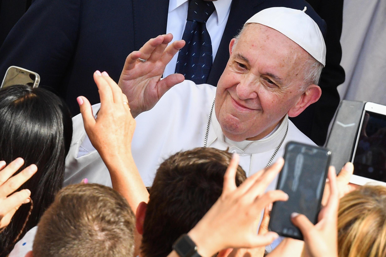 El papa Francisco saluda a unos fieles congregados para la audiencia general semanal, el 16 de junio de 2021 en el patio de San Dámaso, en el Vaticano