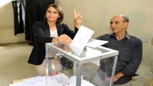 الأمينة العامة للحزب الاشتراكي الموحد نبيلة منيب تدلي بصوتها في الدار البيضاء