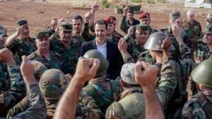 El presidente de Siria, Bashar al-Asad visita al Ejército sirio desplegado en la provincia de Idlib, al noroeste de Siria, el 22 de octubre.