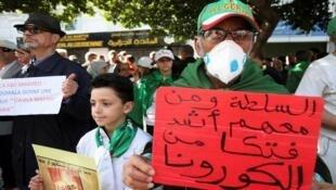 متظاهر في العاصمة الجزائرية يضع كمامة للوقاية من فيروس كورونا، 28 فبراير/شباط 2020.